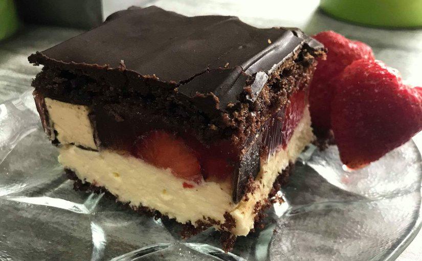 Ciasto z ptasim mleczkiem i truskawkami