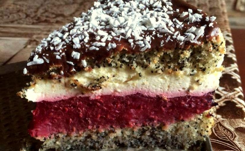 Tort makowy z masą malinową