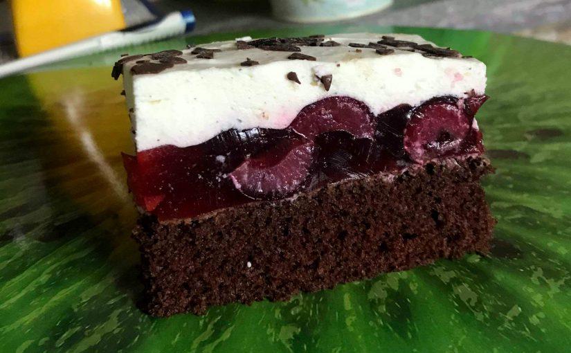 Biszkopt czekoladowy z wiśniami w galaretce i bitą śmietaną