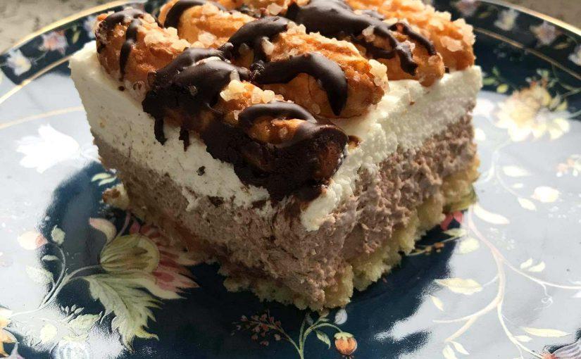 Puszyste ciasto ze słomkami ptysiowymi