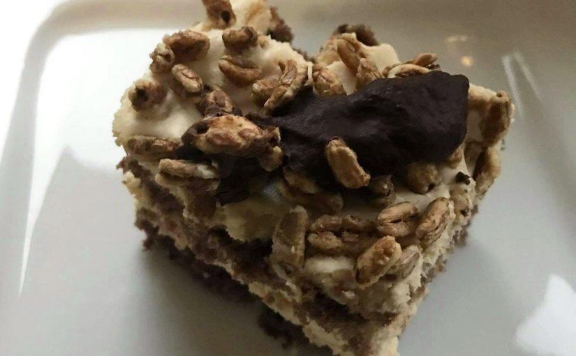 Ciasto z kremem krówkowym i ekspandowanym orkiszem